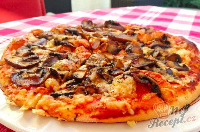 Pizza se žampiony a česnekem