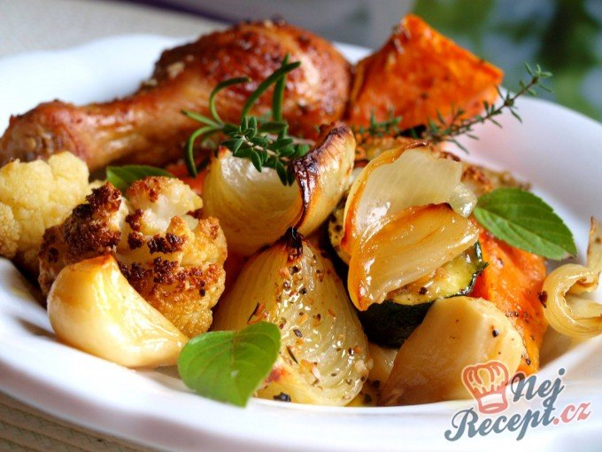 Pečená zelenina s batáty a kuřecími paličkami na bylinkách
