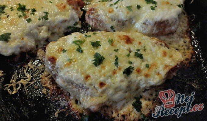 Zapečená kuřecí prsa se zakysanou smetanou a sýrem