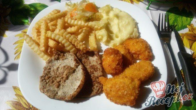 Kuřecí nugetky a vepřové plátky s hořčicí s hranolky
