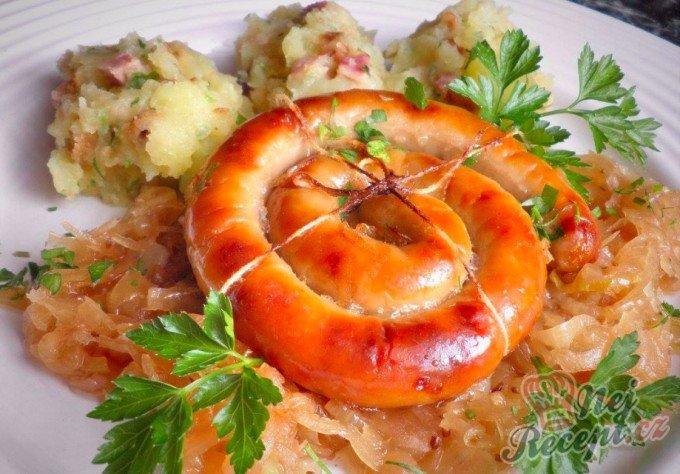 Vinná klobáska pečená na kysaném zelí se šťouchaným bramborem