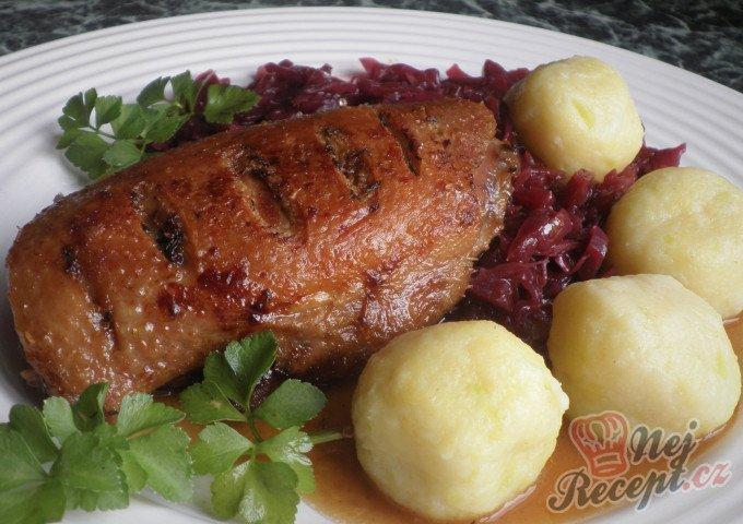 Konfitovaná kachní prsa s červeným zelím a bramborovo-cuketovými knedlíčky