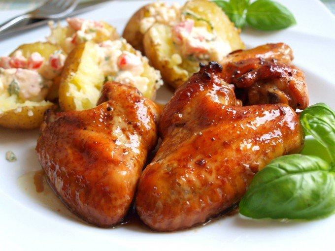 Kuřecí křídla v pivní marinádě s novými brambory a hermelínovo rajčatovým dipem