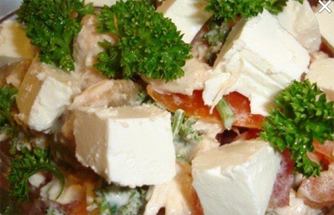 Salát s kuřecím masem a balkánským sýrem