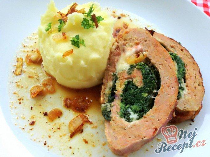 Pečená sekaná plněná špenátem a sýrem ve slaninovém kabátku