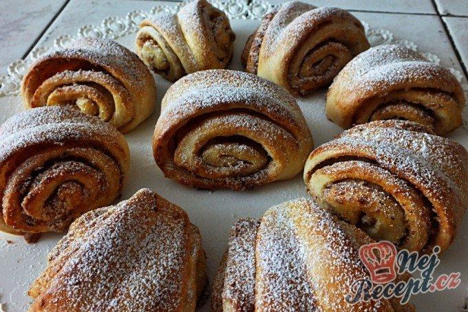 Turecké koláče z kynutého těsta plněné oříšky