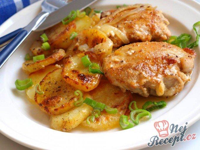 Kuřecí kousky s bramborami zapečené ve šlehačce