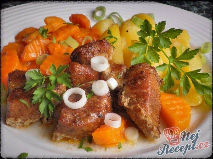 Pečené vepřové kostky s bramborem a dušenou mrkví