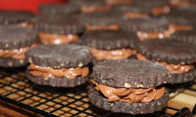 Domácí sušenky plněné nutelovo-malinovou nádivkou